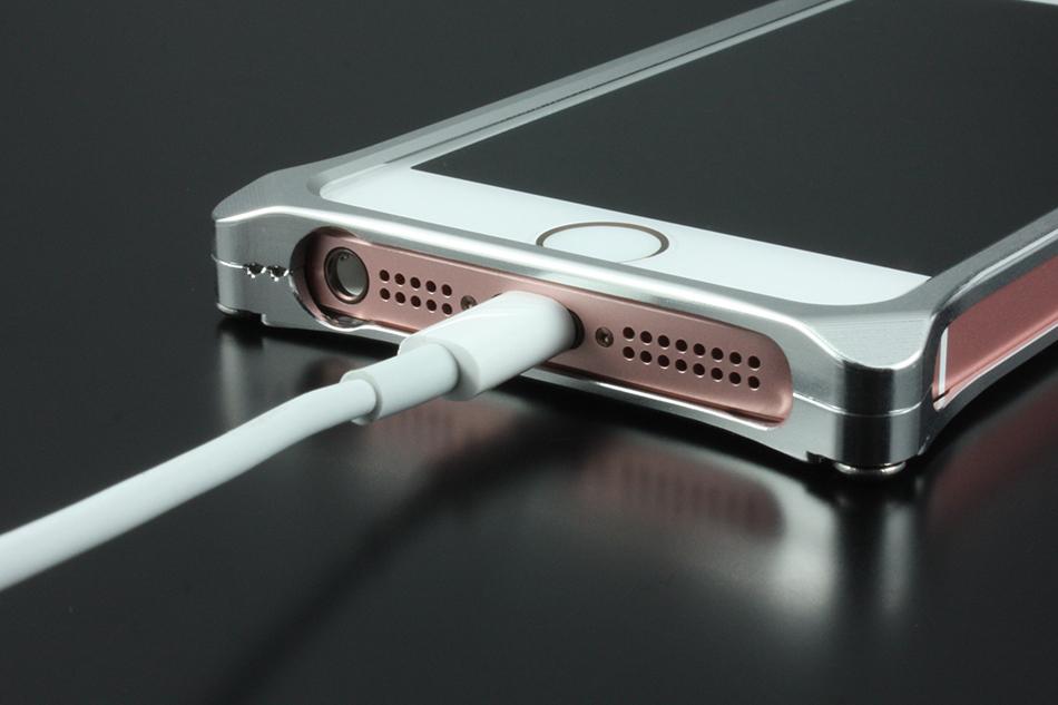 7cb95da360 iPhoneに装着しても違和感が無く、持ちやすいように何度も試作を繰り返し完成されました。  ライトニングケーブル、ボリュームボタンなど全ての部分は操作性に影響が ...
